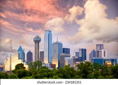 Skyline von Dallas City bei Sonnenuntergang, Texas, USA