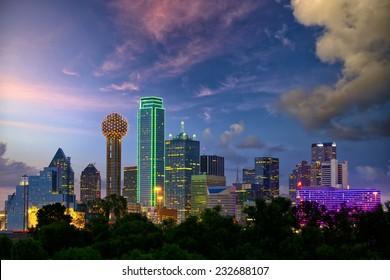 Skyline von Dallas City bei Dämmerung, Texas, USA