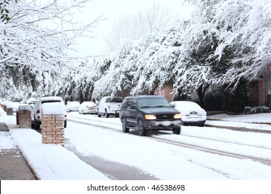 DALLAS, TX - FEBRUARY 12: Record snow falls in the Dallas area left 180,000 people without power for much of the day, including every  house on this residential street on February 12, 2010 in far north Dallas.