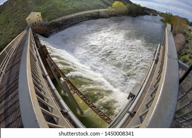 Dam making electricity by water power