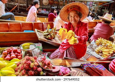 DAMNOEN SADUAK, THAILAND - AUG 25 : Damnoen Saduak Floating Market Featuring many small boats laden with colourful fruits, vegetables and Thai cuisine August 25, 2008 in DAMNOEN SADUAK THAILAND