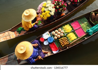 DAMNOEN SADUAK ,THAILAND-APRIL 5:Damnoen Saduak Floating  Market on April 5,2008 in Thailand.Featuring many small boats laden with colourful fruits, vegetables and Thai cuisine.