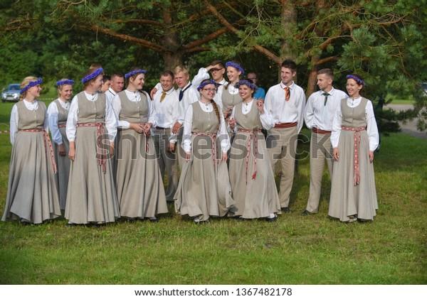 dancers-boys-girls-latvian-national-600w