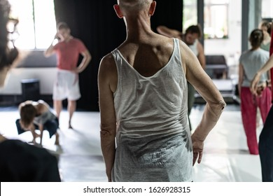 dancers mooving, contact improvisation, detail