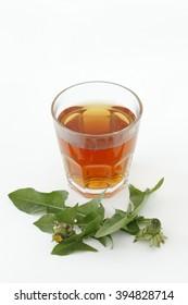 Dandelion tea and leaves