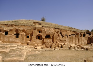 Dara is a historical ancient city located on the Mardin-Nusaybin road, within the boundaries of Oğuz Village. While it had an important place in ancient Mesopotatamia, it seems to be a small area.
