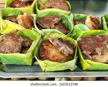 Daredevil sweets, young coconut  Made from white glutinous rice flour, glutinous rice that is indispensable to young coconut and coconut milk.  After mixing the dough, then put it in the pan until coo