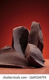 Coussins en chocolat foncé isolés sur fond marron
