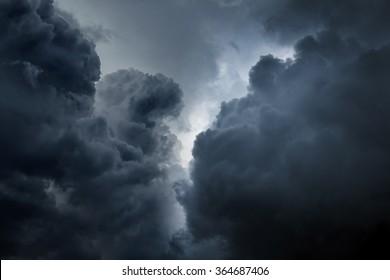 dunkle und dramatische Sturmwolken-Hintergrund