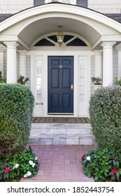 Dunkelgrüne Haustür mit einladender Landschaft