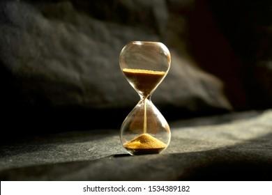 Dunkler Stundenglasmodus als Zeitüberschreitungskonzept für Geschäftsschluss, Dringlichkeit und Zeitüberschreitungs- oder Lebenszeitkonzept
