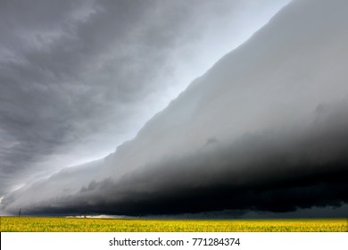 Dark shelf cloud in Illinois foreshadows a violent storm raging in from the west