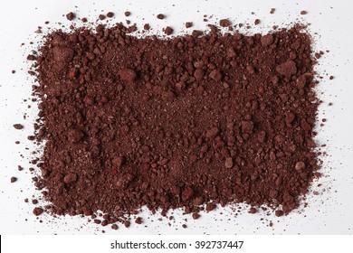 Dunkler Boden einzeln auf weißem Hintergrund. Pile of Dirt and Stones. Draufsicht auf eine Heap of Ground. Makroansicht in Nahaufnahme mit Text- oder Bildraum