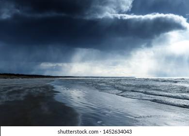 Dunkle und stürmische Ostsee.