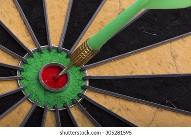 the dart hit the target on dartboard