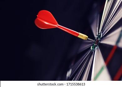 Darts. Der Dart zum Spielen auf dem Spielbrett ist stecken geblieben. Schlag den Sektor in Darts. Das Konzept einer erfolgreichen Strategie.