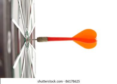 Darts, die auf dem Schwarm auf einem Dartbrett treffen