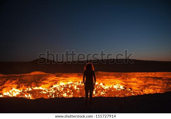 Darvaza, Turkmenistán - Mirando al llamativo cráter de gas conocido como Puerta al Infierno en Darvaza, Turkmenistán.