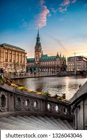 Das Rathaus der Hansestadt Hamburg mit Treppe im Vordergrund