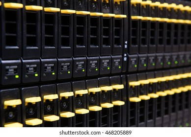 Data storage system consisting of removable hard disks to save internet data
