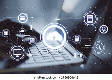 Konzept der Datentransfer-Technologie mit Symbolen für virtuelle Cloud-Dienste und Hands auf der Notebook-Tastatur. Doppelbelichtung