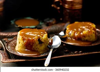 un pudding de dattes au caramel. mise au point sélective