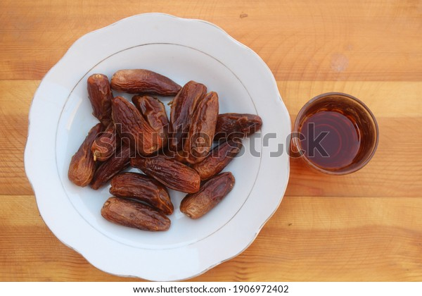 dates-fruit-on-glass-plate-600w-19069724