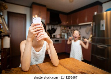 Daughter angry with the mother to operate the smart phone