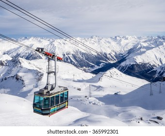 DAVOS, SWITZERLAND - JANUARY 12, A driving cableway in the Parsenn mountains, Davos, Switzerland, 2015