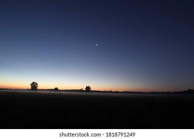 Amanecer y estrellas por encima de Dwingelderveld, Países Bajos