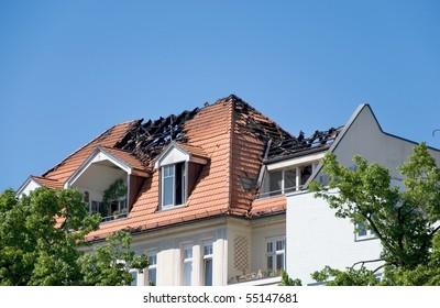 Tag nach einem großen Brand auf einem Dach eines Hauses