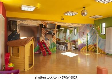 Ein Kindertagesstätte mit Modewänden und vielen Spielzeugen