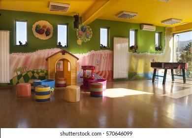 Ein Kindertagesstätte mit Motiven und vielen Spielzeugen