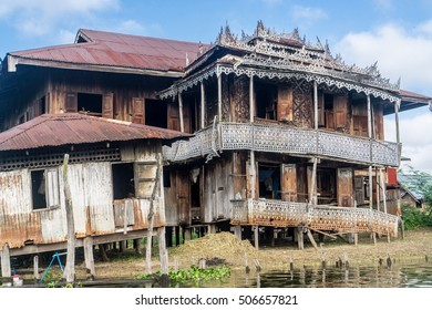 Day trip on Inle Lake - Aging, sinking, rotting house