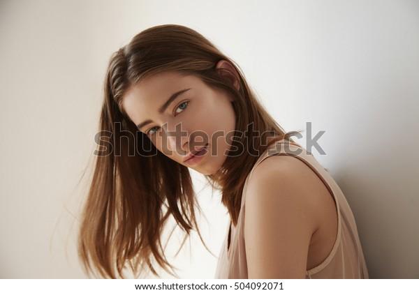 空中を飛び散る髪の女性の昼光のポートレート