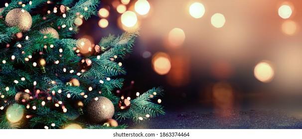 Árbol de Navidad decorado sobre fondo borroso. - Shutterstock ID 1863374464