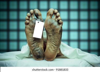 corps mort avec étiquette orteil