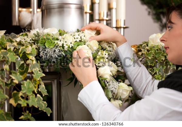 Tod und Dolor - Mortiker auf Beerdigung mit der Produktion der Blumen