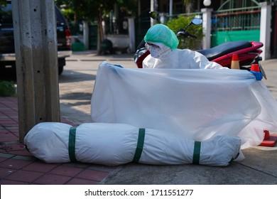 Le nombre de décès dus au syndrome de Covid-19 augmente rapidement. Médecins et infirmières sont venus vérifier l'autopsie de la personne infectée.