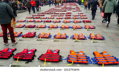December 17, 2016 Seoul Central square South Korean ferry disaster The victim 's family made it. A protest against incompetent government 304 life jackets representing 304 victims