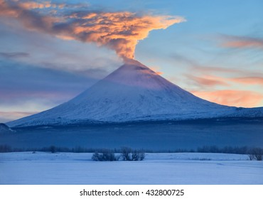 The decline has painted breath of a volcano. Kamchatka Peninsula.Kamchatka Mountain. Russia.   The volcano of Klyuchevskaya sopka. (4800 m) is the highest active volcano of Eurasia.
