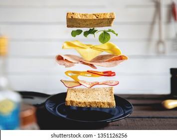 dekonstruierte Sandwich-Schichten in der Küche