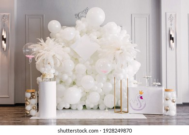 decor with balloons of white collar