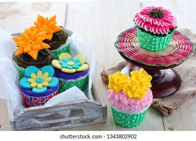 Decorated novelty cup cakes: floral arrangement, flower bouquet