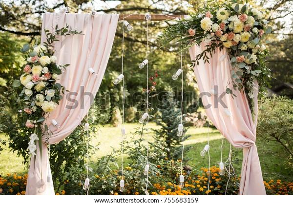 Dekorierter Hochzeitsbogen