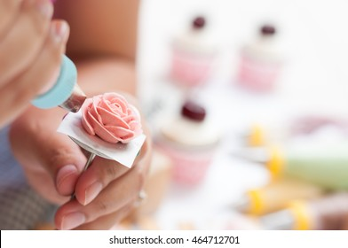 decorating cake, piping buttercream
