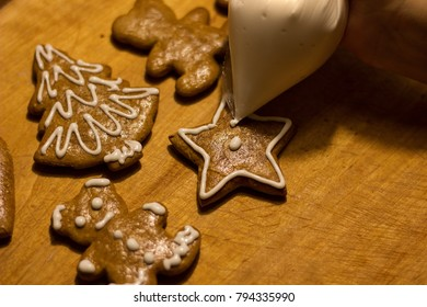 decorating christmas gingerbread
