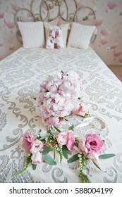decorations for wedding flowers in the bride's bedroom
