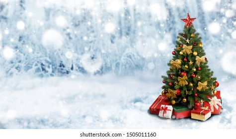 Dekorativer Weihnachtsbaum auf Winterschneebewaldhintergrund mit Kopienraum