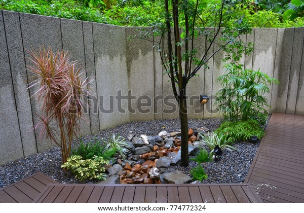 Decorative walls and potted trees, spacious walkways at the end, like a small garden with a sense of design.